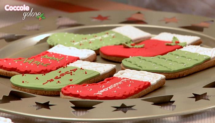 biscotti di natale a forma di calzetto con pasta di zucchero rossa e verde, decorazioni natalizie