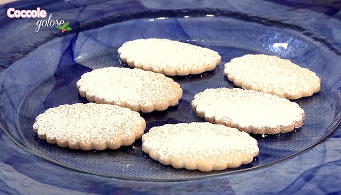 biscotti di zenzero su vassoio di vetro blu, coccole golose