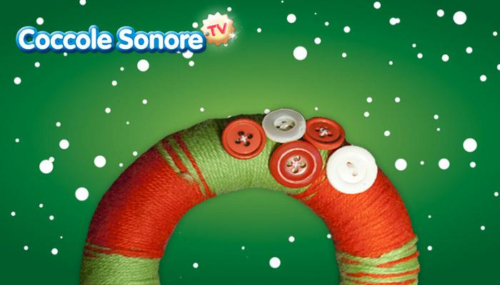 Ghirlanda natalizia in lana con bottoni, lavoretti, coccole sonore