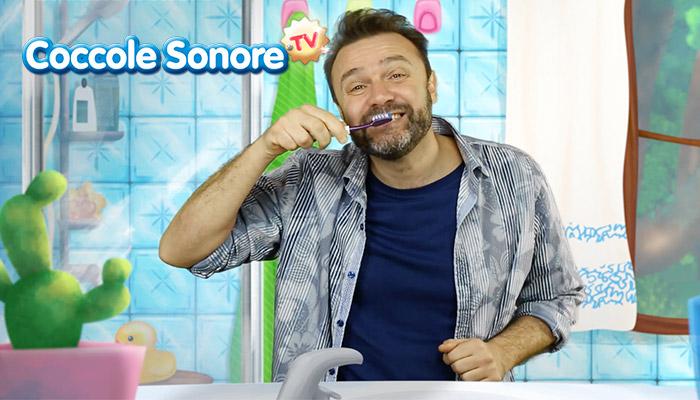 Stefano Fucili si lava i denti