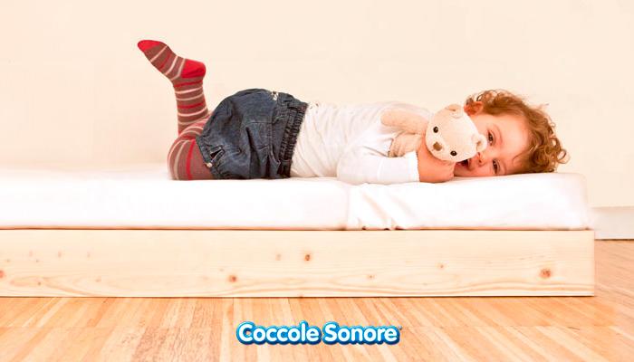 letto montessori perché sceglierlo bambina sdraiata sul lettino