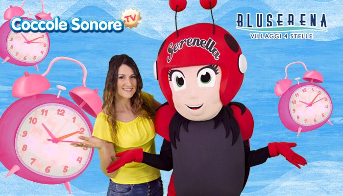 Greta e Serenella su sfondo azzurro con sveglie, Coccole Sonore e Bluserena