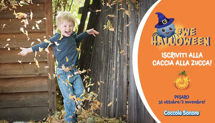 Bambino che salta in un mucchio di foglie, #WeHalloween, Pesaro