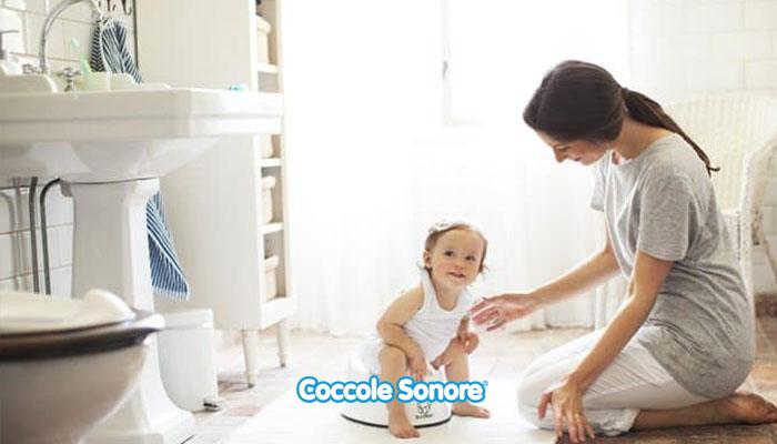 mamma e bambino seduto su vasino in bagno