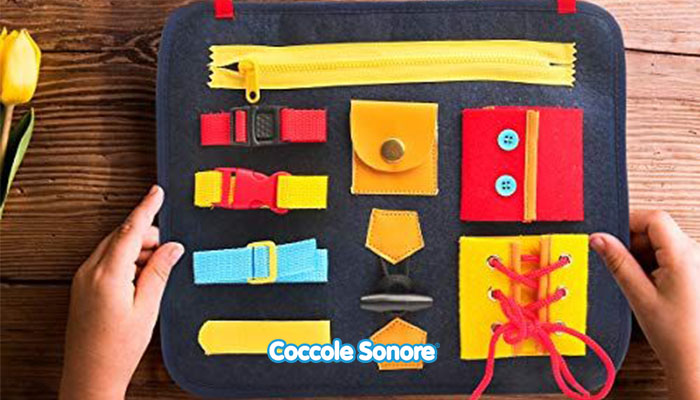 tabella con cerniere e bottoni montessori per imparare a vestirsi da soli