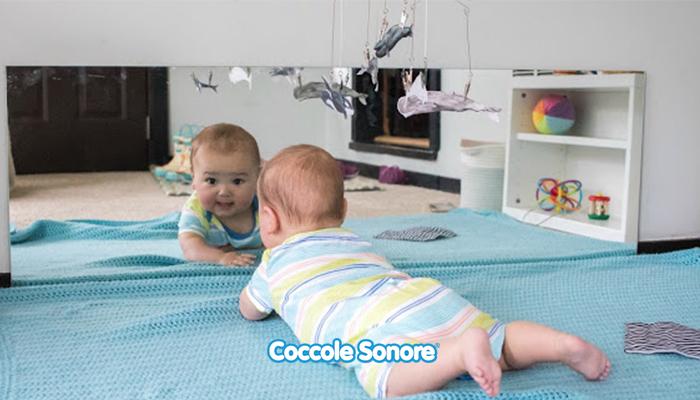 neonato osserva la sua immangine da specchio montessori