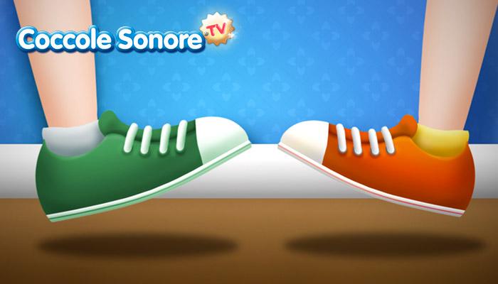 due piedi frontali con scarpe da ginnastica che stanno per battere a terra, Coccole Sonore